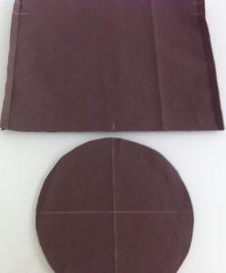 Coudre le fond. Marquer des repères (ici en blanc)sur le cercle du fond et sur l'aumônière en divisant en 4 parties les 2 tissus.