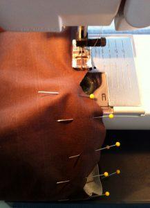 Enfiler les 2 parties de l'aumônière épinglée et coudre délicatement à 1 cm du bord.