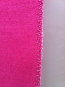 Zig zag plus traditionnel.A utiliser pour les tissus d'épaisseur fine à grosse.Eviter de l'utiliser pour les tissus très fins car ce point les fait rouler