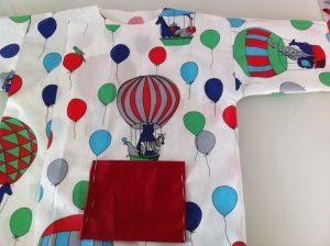 poche épinglée coté garçon de la blouse de peinture enfant