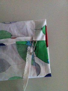 coudre les ourlets des bas de manches en gardant une ouverture pour y glisser l'élastique