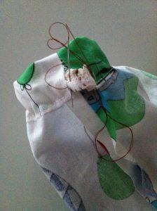 élastique passé dans l'ourlet coudre à l'aiguille les 2 extrémités de l'élastique