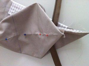 Angle  avec le marquage de la pliure avec des épingles.