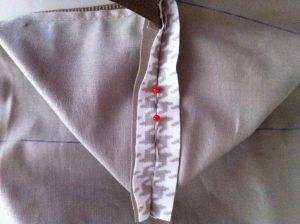 Maintenir la couture ouverte afin d'épingler comme indiqué.