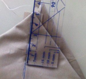 Mesurer 5 cm à partir de la pointe et tracer une perpendiculaire.