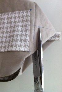 Coupe du tissu en trop dans les angles.