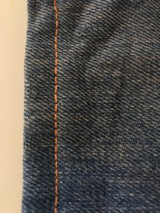 Ourlet du jeans sur l'endroit
