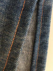 Ourlet de jeans avec 2 fils dans l'aiguille.