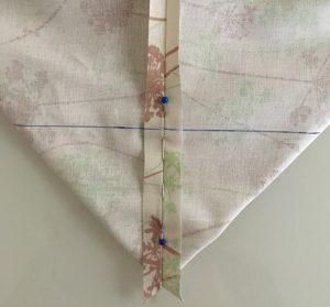 Fixer les 2 tissus de l'angle avec des épingles.