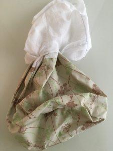Etape de retournement des sacs.