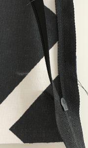 Zip cousu sur l'un des tissus.
