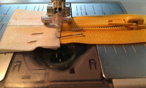 Couture des pattes sur le zip.