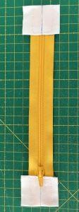 Fixer les pattes aux extrémités du zip.