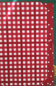 Couper les angles des carrés de coton enduit.