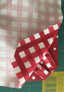 Pose du tissu à carreaux sur le tissu à confettis.