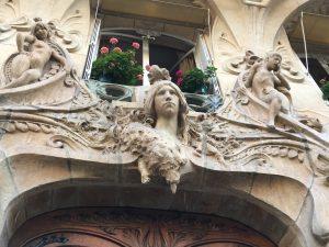 Sculpture en haut de la porte.