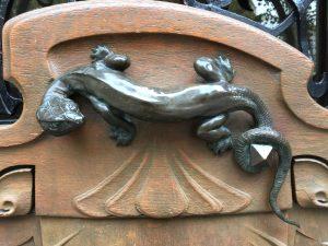 Poignée sculptée en forme de lézard