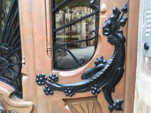 Dragon sur la porte cochère.
