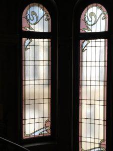 Fenetres à vitrail dans la cage d'escalier.