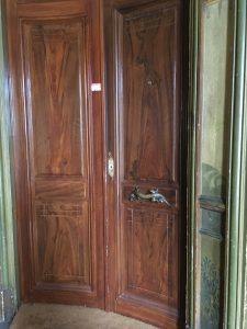 Porte cintrée par étage.