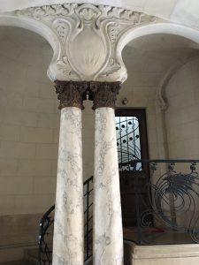 colonnes à l'entrée de la cage d'escalier.