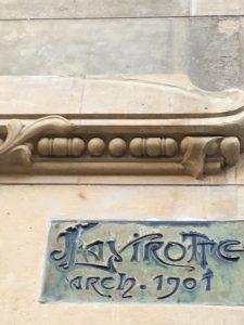 Signature de Lavirotte sur l'immeuble.