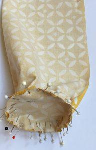 Epingler les cercles de tissu jaune aux extrémités de la doublure.