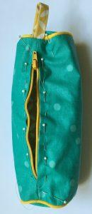 Glisser le zip entre les 2 trousses.