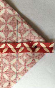 Tracer une ligne perpendiculaire a la couture centrale.