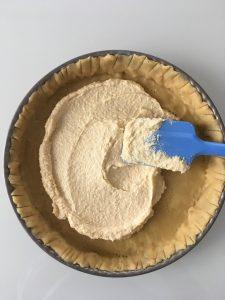 Etaler la creme d amndes sur la tarte