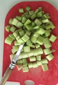 couper la rhubarbe.