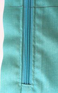 Couture de finition du zip.