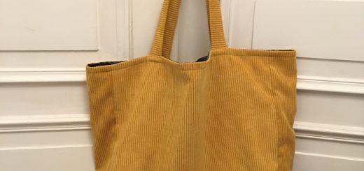 Grand sac fourretout en velours cotele.