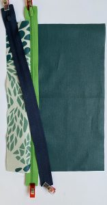 Pose du zip bleu en sandwich entre la bande centrale et la doublure vert pale.