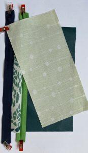 Pose de la doublure vert pale sur le zip bleu.