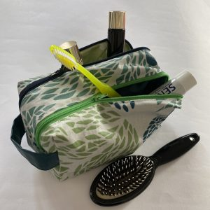 Trousse de toilette a double compartiment.