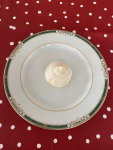 Pour le mont blanc meringue dans assiette