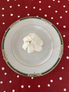 Recouvrir de chantilly la meringue du mont blanc