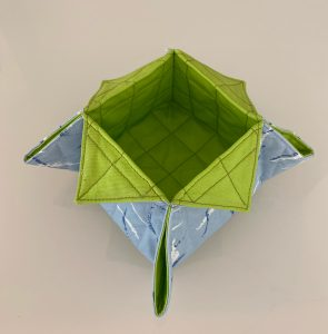 Vide poche ou organiseur matelasse vert et bleu.