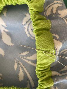 Coudre les extremites de l elastique.