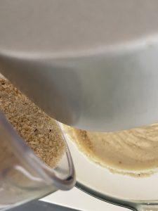 Verser les noisettes melangees a la poudre d amandes.