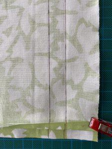 Ouvrir la couture de cote du grand sac a salade avec son filet interieur amovible.