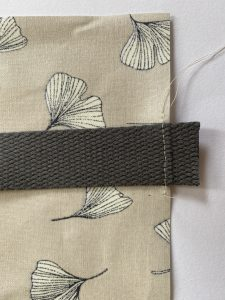 Costure previamente a alça na parte superior nas marcações da sacola e da mochila.