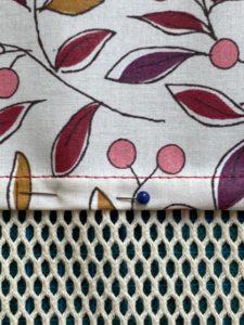Epingler le rentre couche sur le filet du sac a vrac.